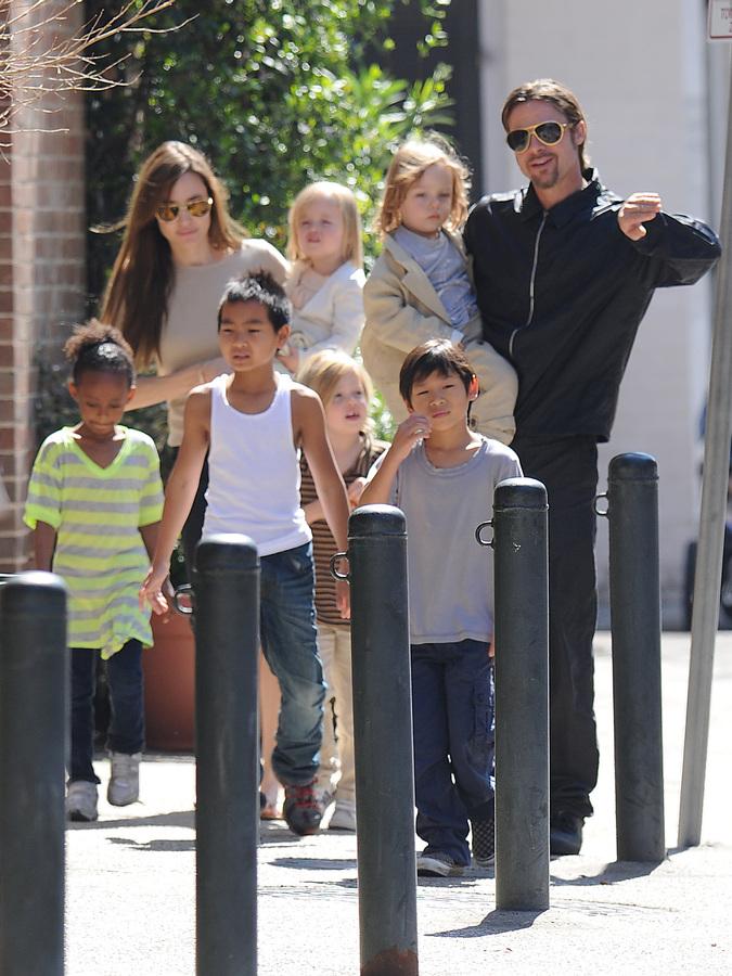 Семья Джоли-Питт знакомится с шотландской культурой