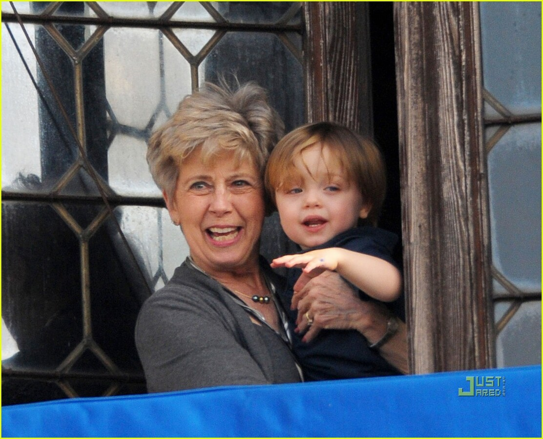 Нокс Джоли-Питт с бабушкой на балконе