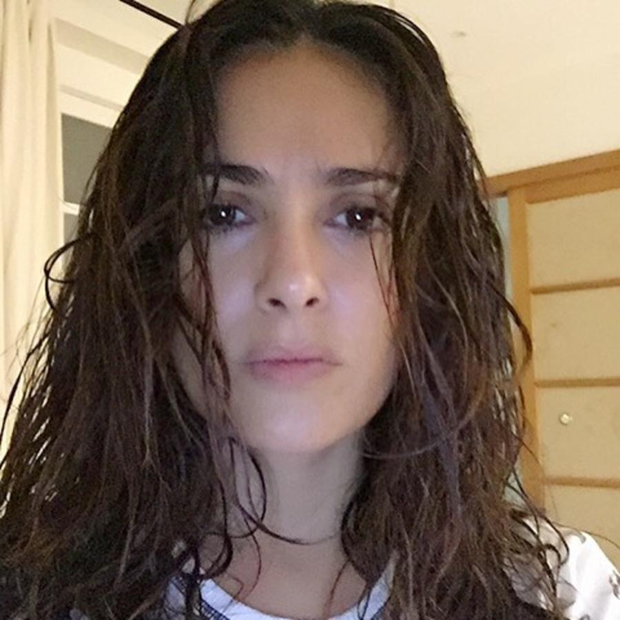 49-летняя Сальма Хайек похвасталась селфи без макияжа