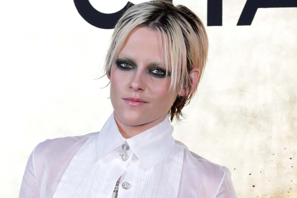 Без бровей, с глубоким декольте: Кристен Стюарт на показе Chanel в Сеуле