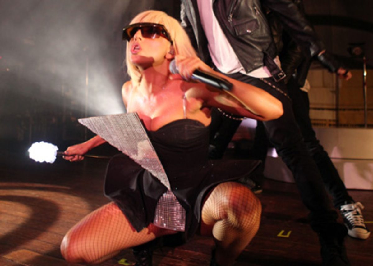 Lady Gaga уволила своих охранников из-за фаната