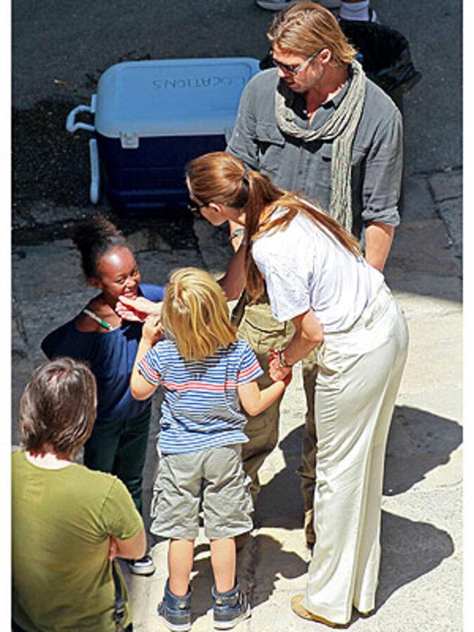 """Анджелина Джоли с дочерьми навестила Брэда Питта на съемочной площадке фильма """"Мировая война Z"""""""