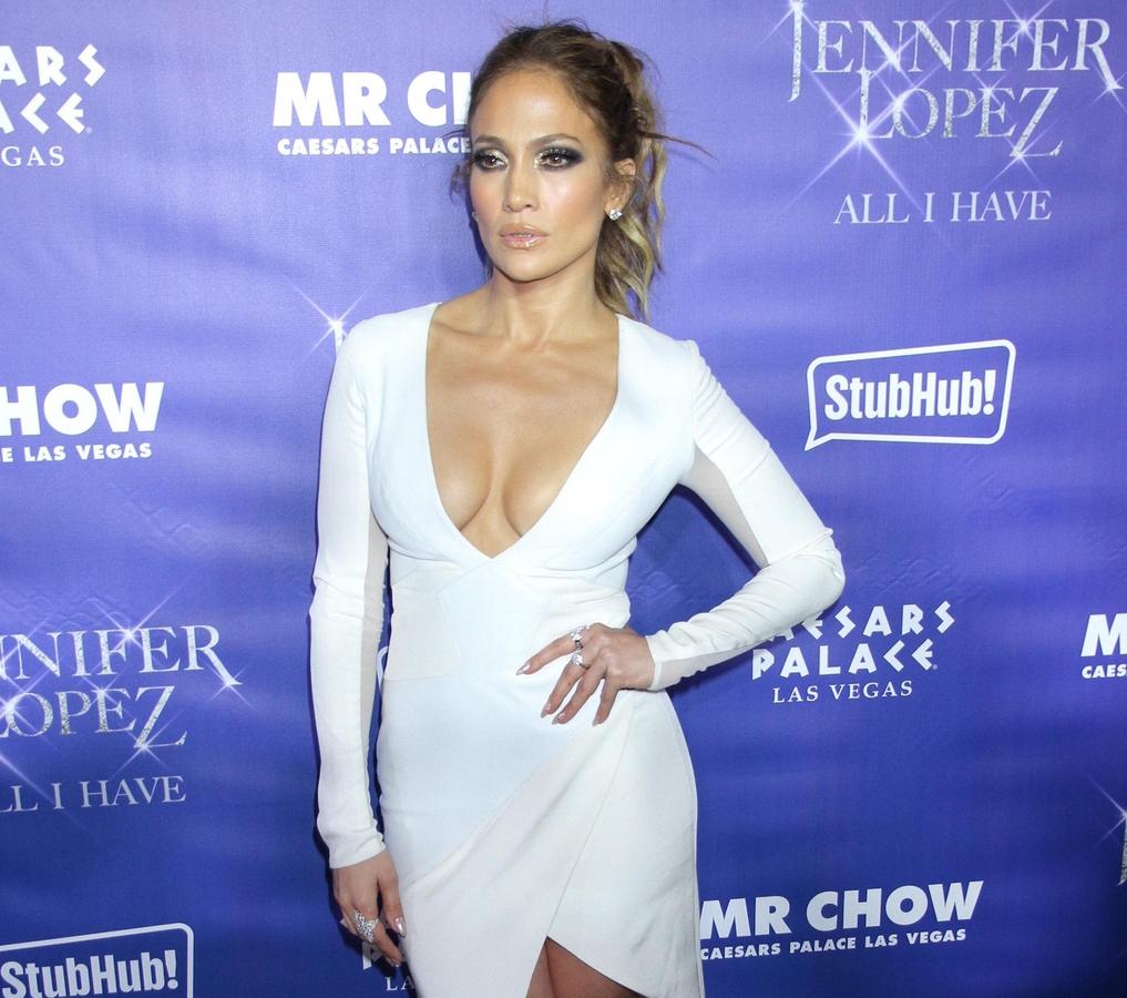 Дженнифер Лопес едва не лишилась штанов на сцене