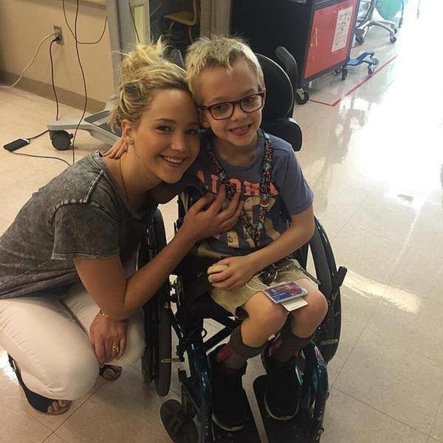 Дженнифер Лоуренс навестила детей-инвалидов в больнице