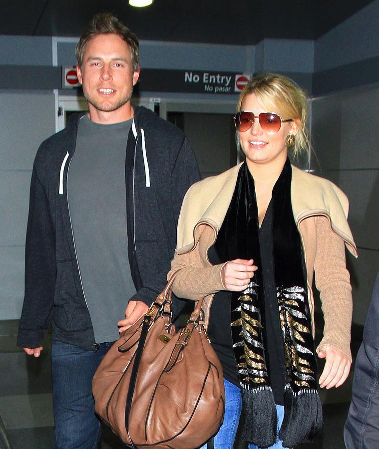 Джессика Симпсон с бойфрендом в аэропорту
