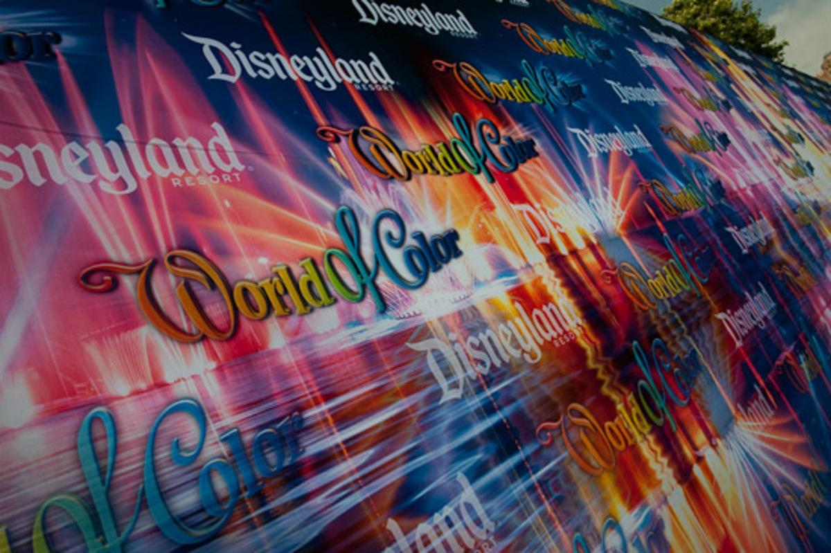 Видео: новое шоу фонтанов в Диснейлэнде «Цветной мир»