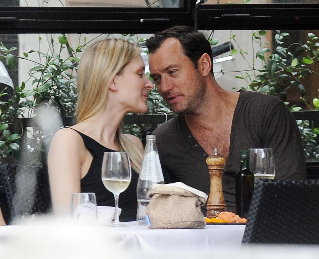Джуд Лоу со своей девушкой на свидании в Риме
