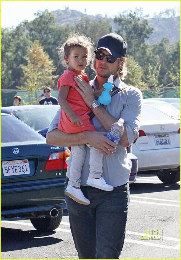 Габриель Обри с дочкой в зоопарке