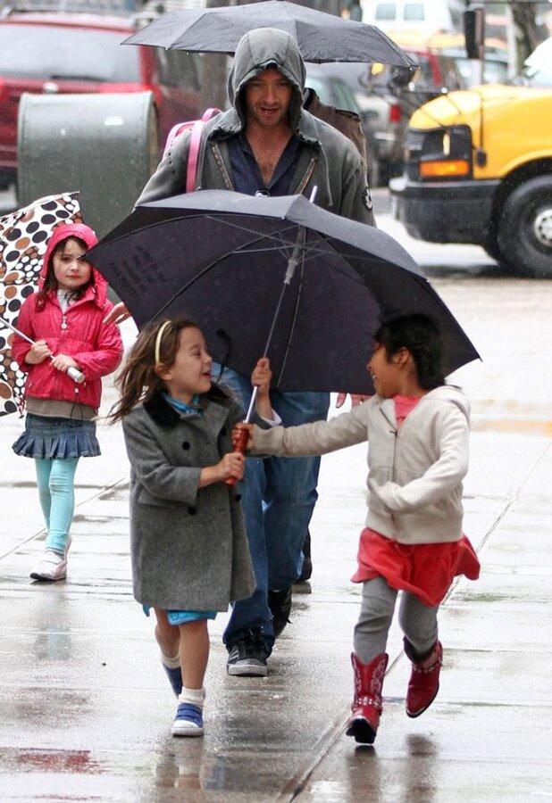 Хью и Ава Джекман в дождливый день