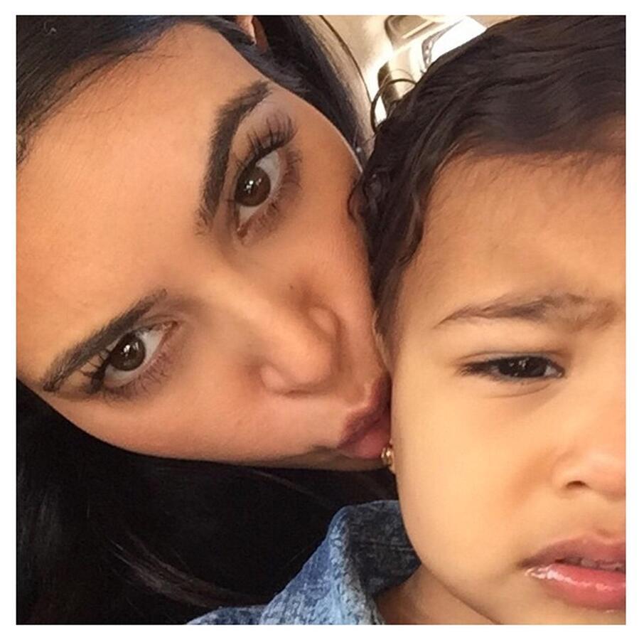 1.5-годовалая дочь Ким Кардашян одержима макияжем