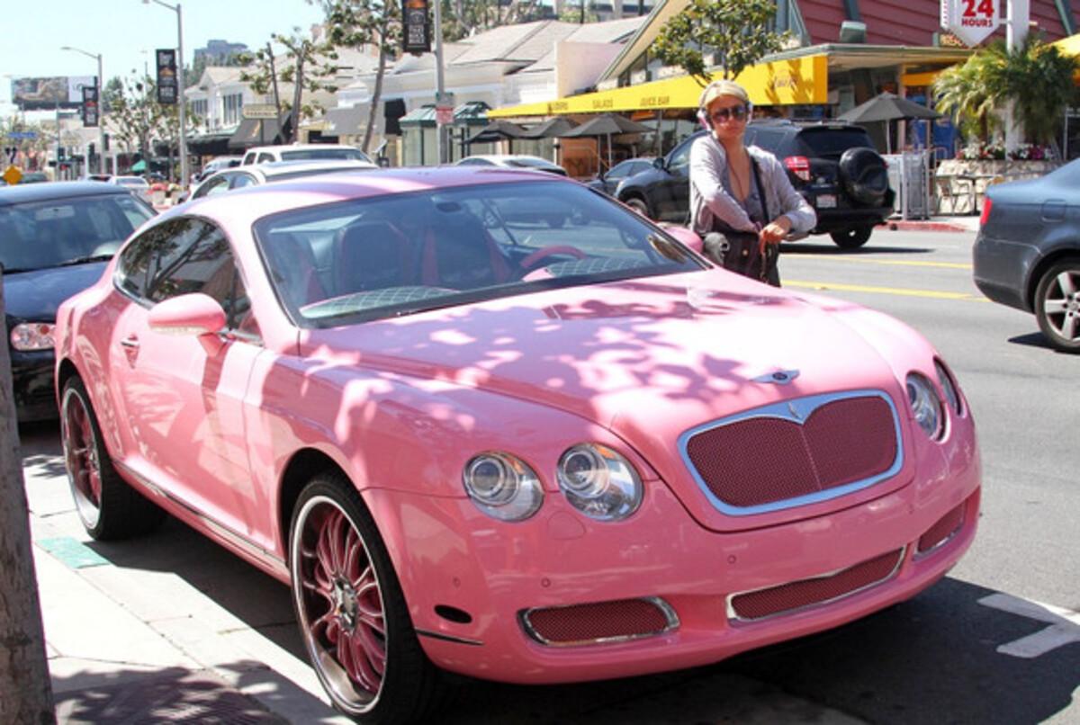 Блондинка Пэрис Хилтон и ее розовый Bentley