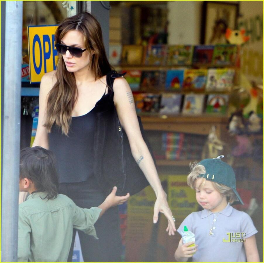 Анджелина Джоли с детьми в центре Rockridge Kids