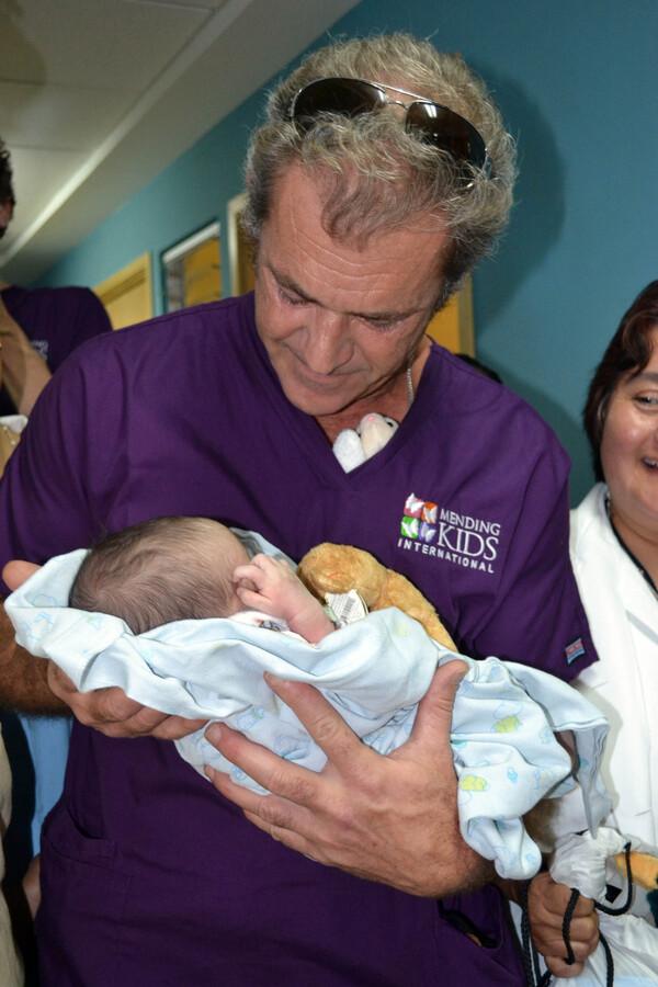 Мег Гибсон посетил детскую больницу в Гватемале
