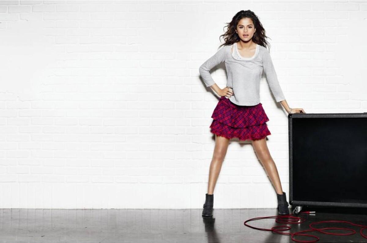 Селина Гомес представила свою новую осеннюю коллекцию одежды