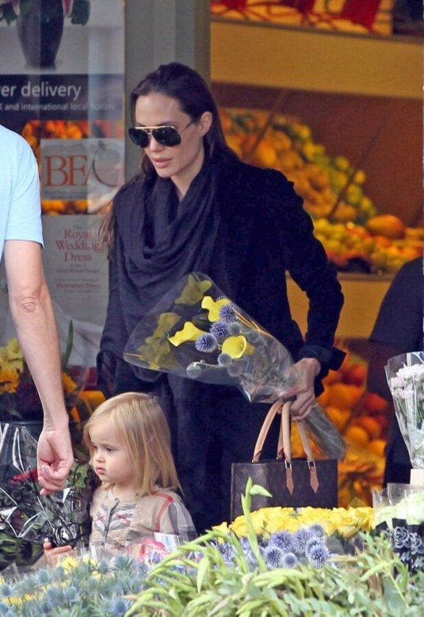 Анджелина Джоли и Вивьен в магазине цветов
