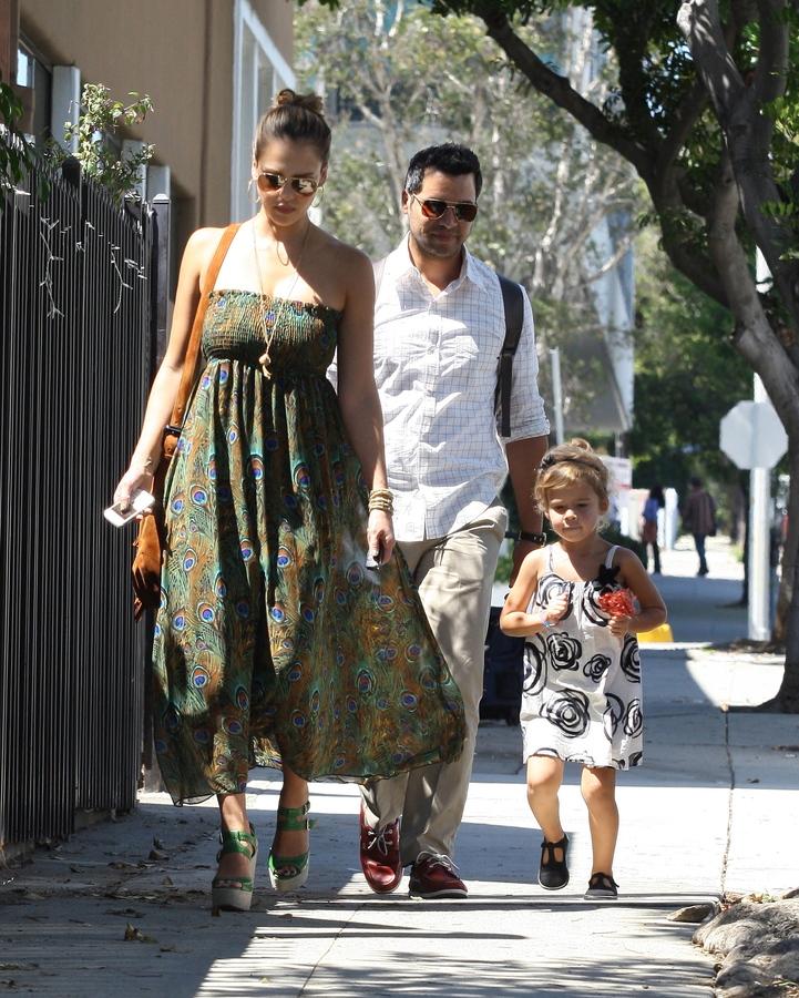 Джессика Альба с семьей в Санта-Монике
