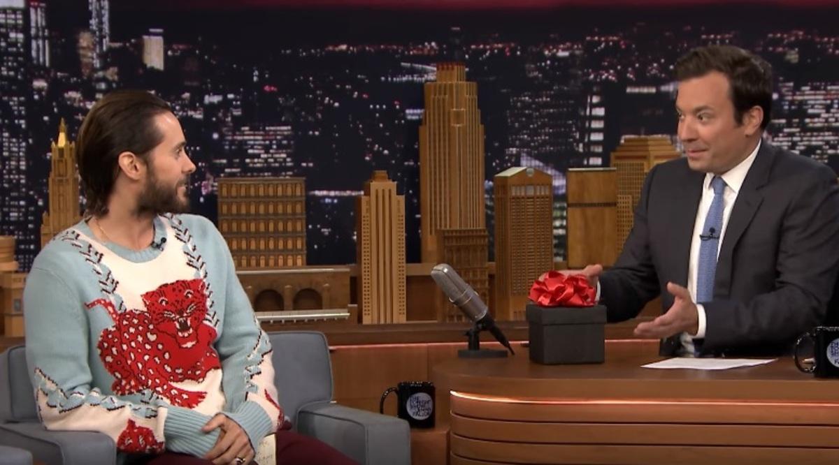 Видео: Джаред Лето порадовал Джимми Фэллона «подарочком» от Джокера