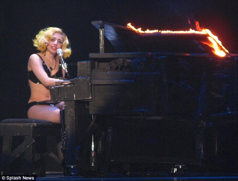 Леди Гага расплакалась прямо на сцене