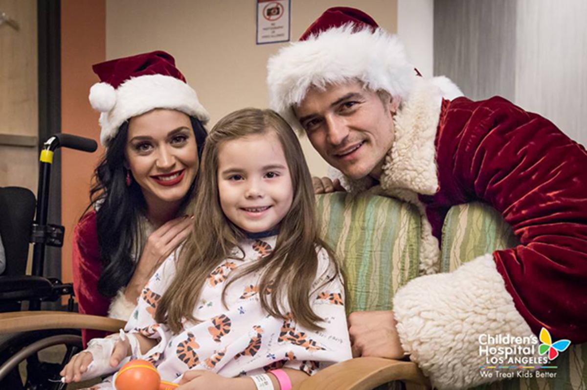 Кэти Перри и Орландо Блум навестили больных детей в костюмах Санта-Клауса