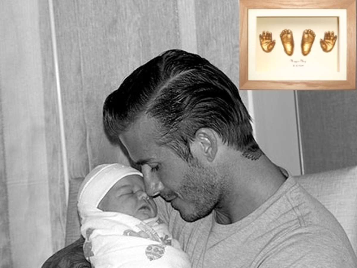 Дэвид и Виктория Бэкхем решили сделать золотые слепки рук и ног своей дочери