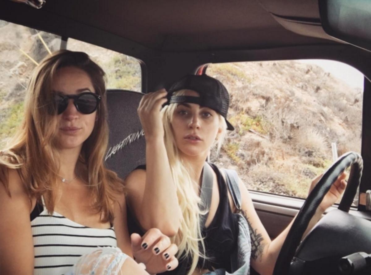 Леди Гага нарушила правила дорожного движения, едва получив права