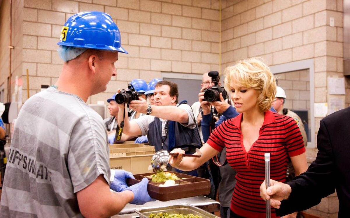 Памела Андерсон и PETA накормили заключенных вегетарианской едой
