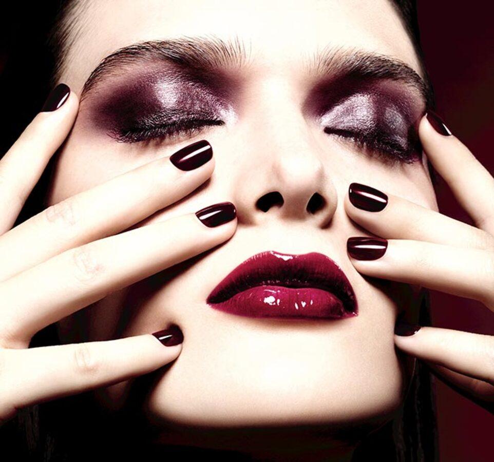 Chanel представили рождественскую коллекцию косметики Rouge Noir Absolument Holiday