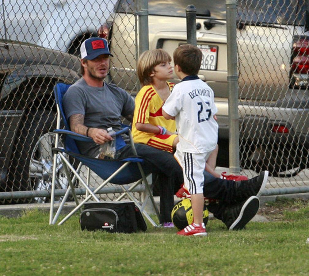 Дэвид Бэкхем играет с детьми в футбол
