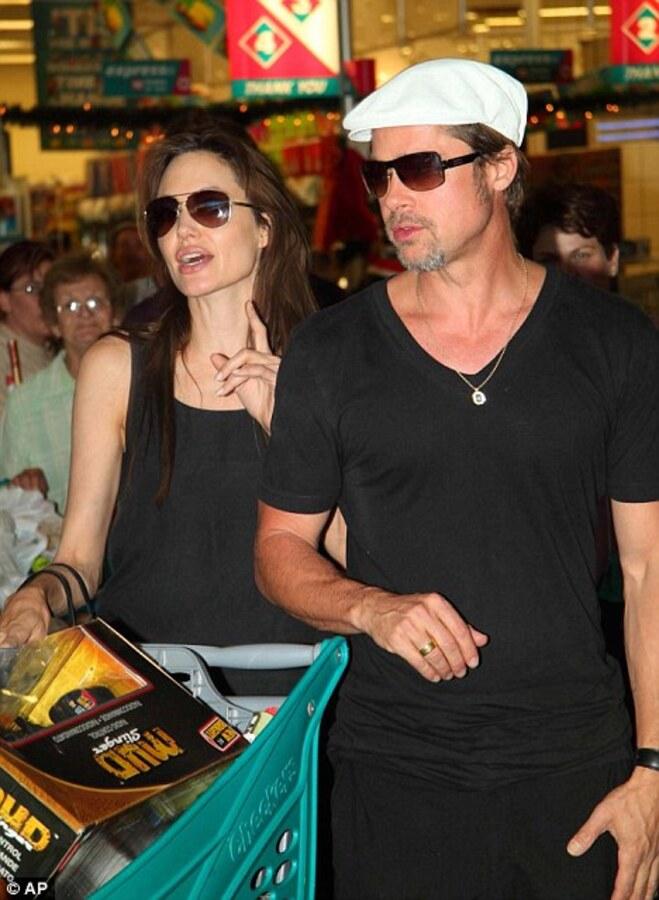 Анджелина Джоли и Брэд Питт закупили рождественские подарки