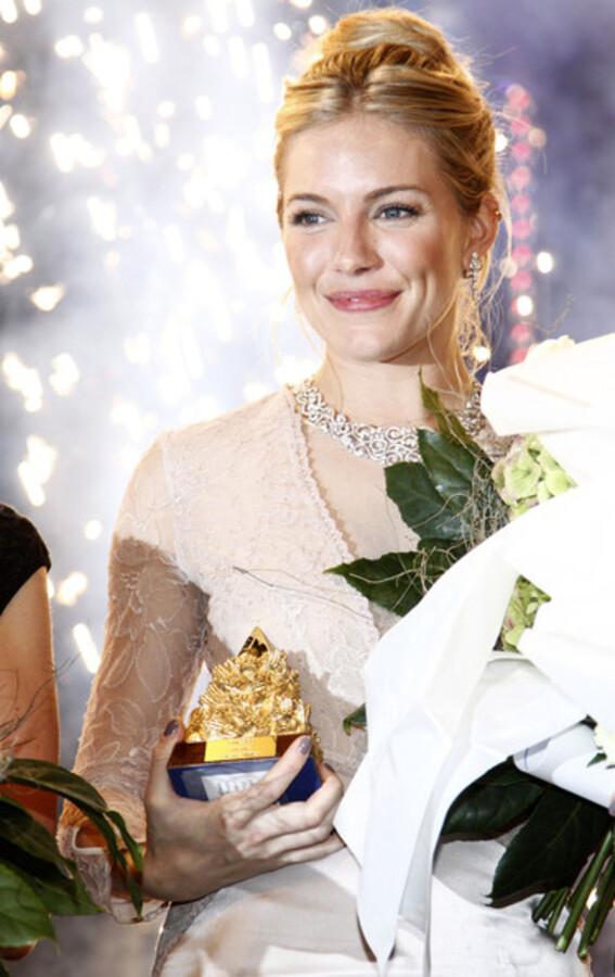Сиенна Миллер получила премию за благотворительную деятельность