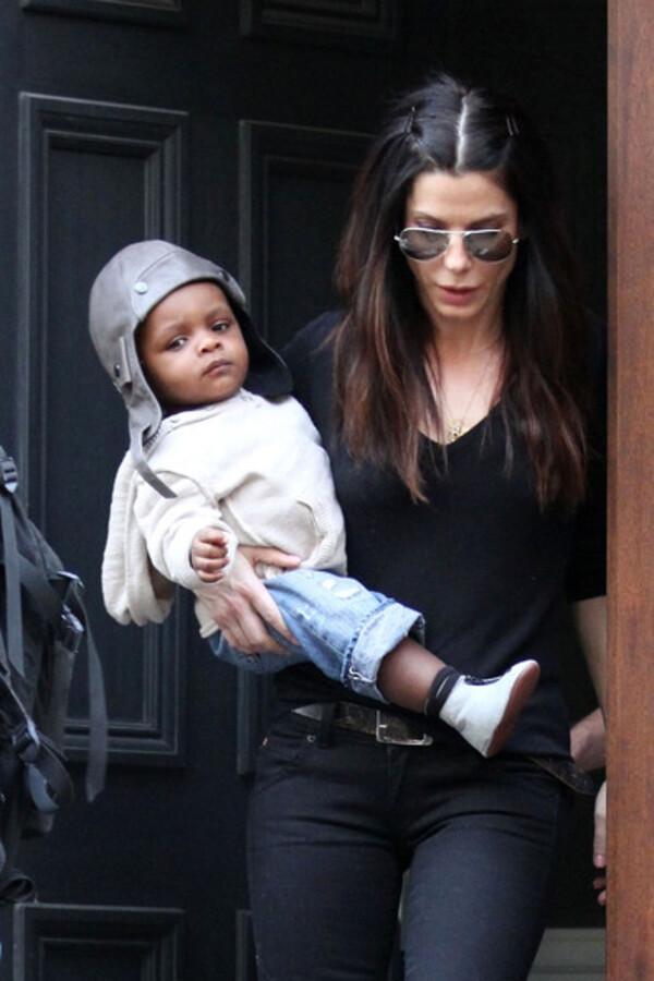 Сандра Буллок с сыном Луи отправляется в аэропорт