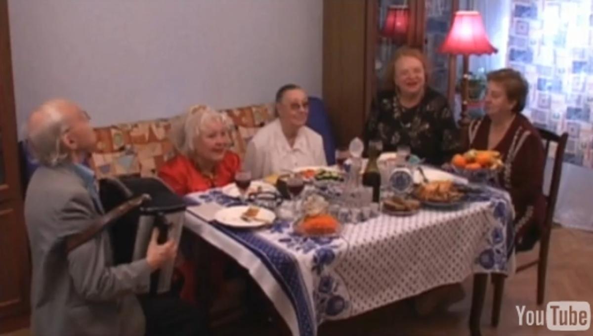 "Русские бабушки поют песню Бритни Спирс ""Baby One More Time"""