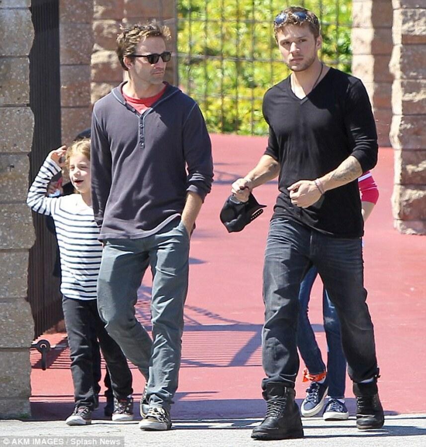 Райан Филлипп гуляет с детьми, пока Риз Уизерспун наслаждается медовым месяцем