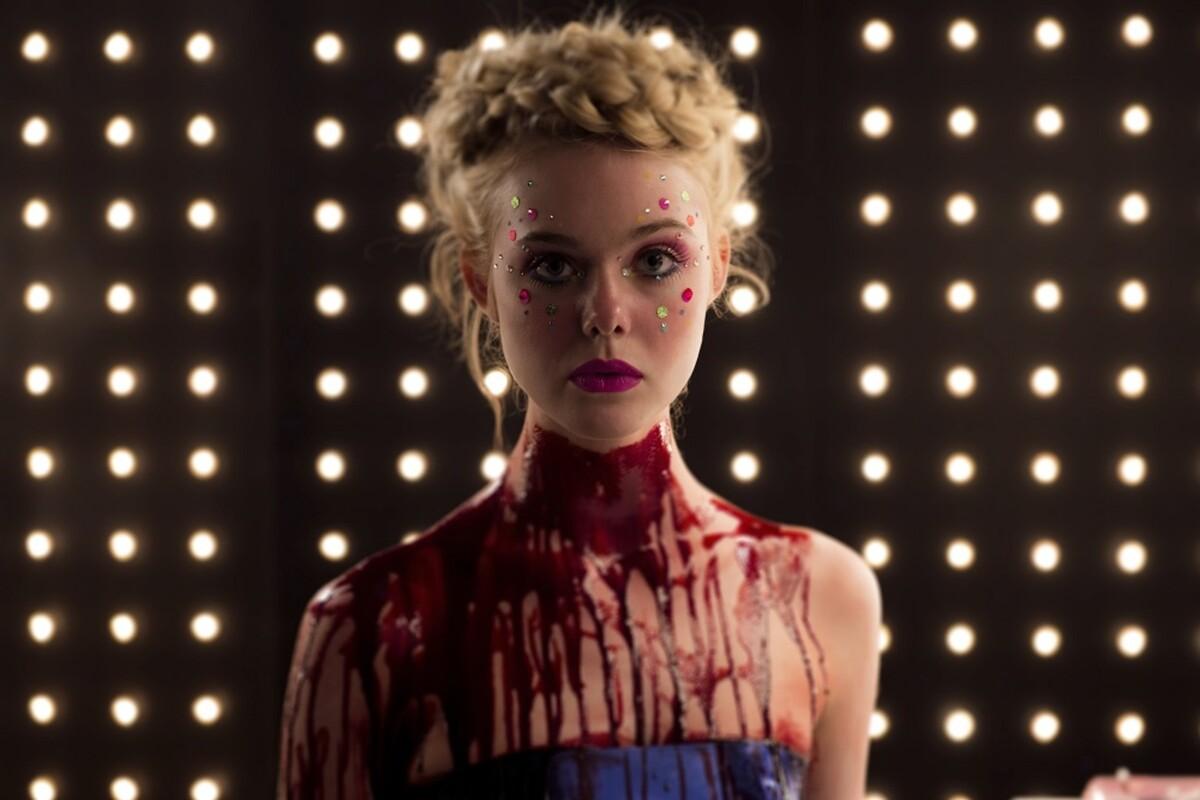 В сети появился дублированный трейлер фильма «Неоновый демон»