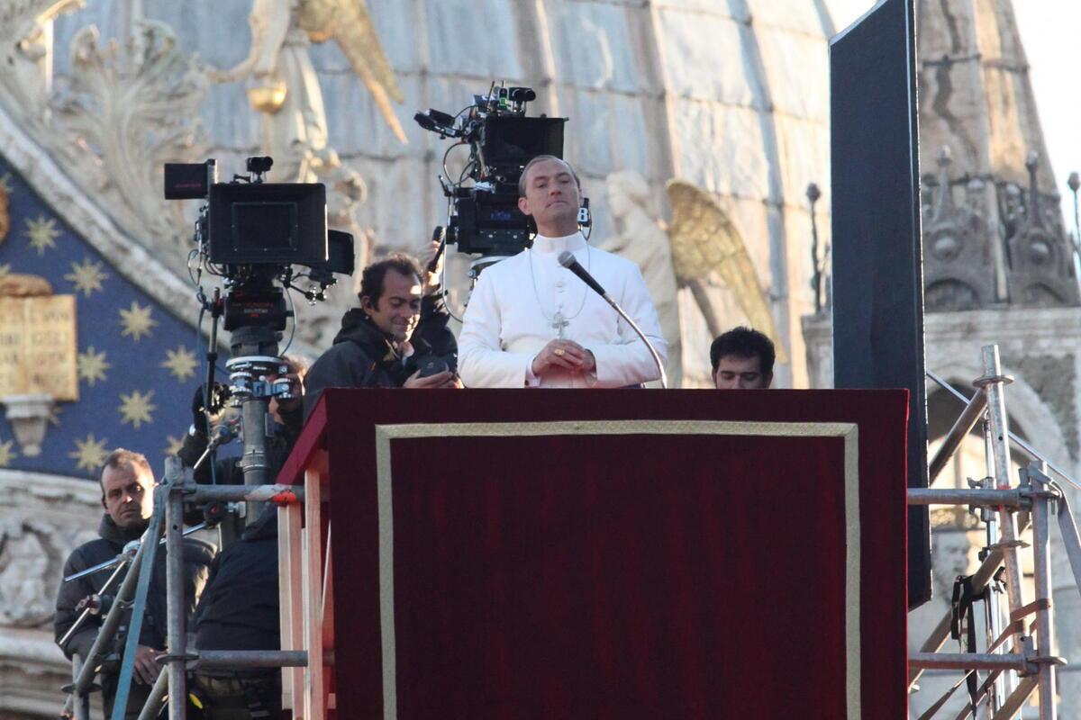 Джуд Лоу на съемках сериала «Молодой Папа»