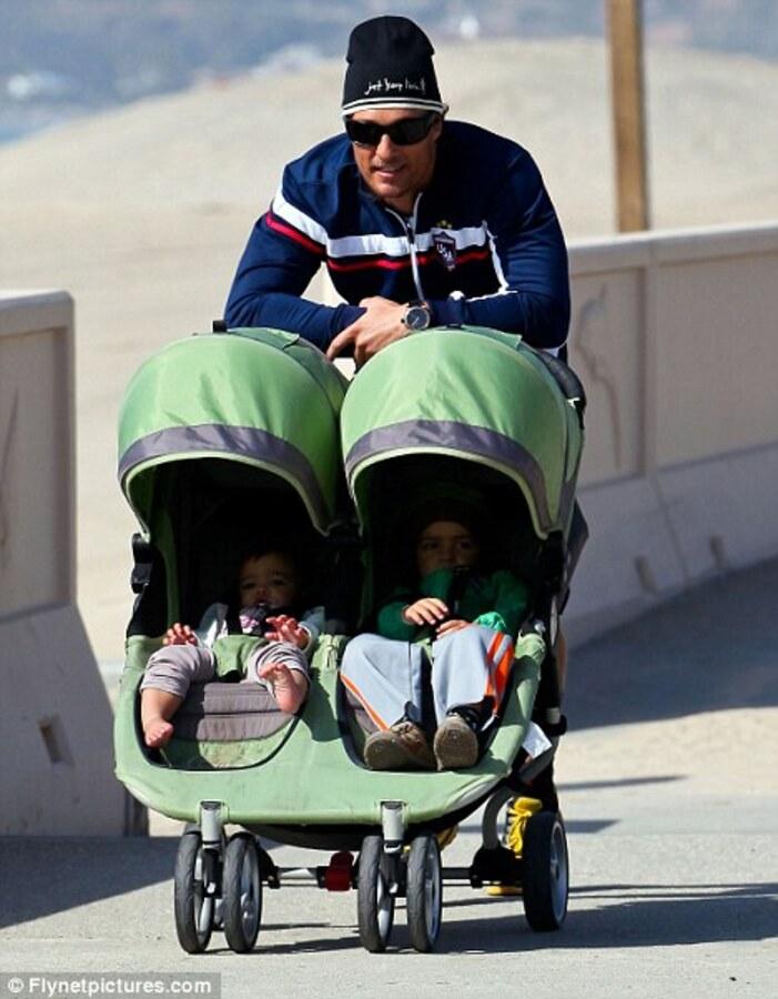 Мэттью МакКонахи на прогулке с детьми