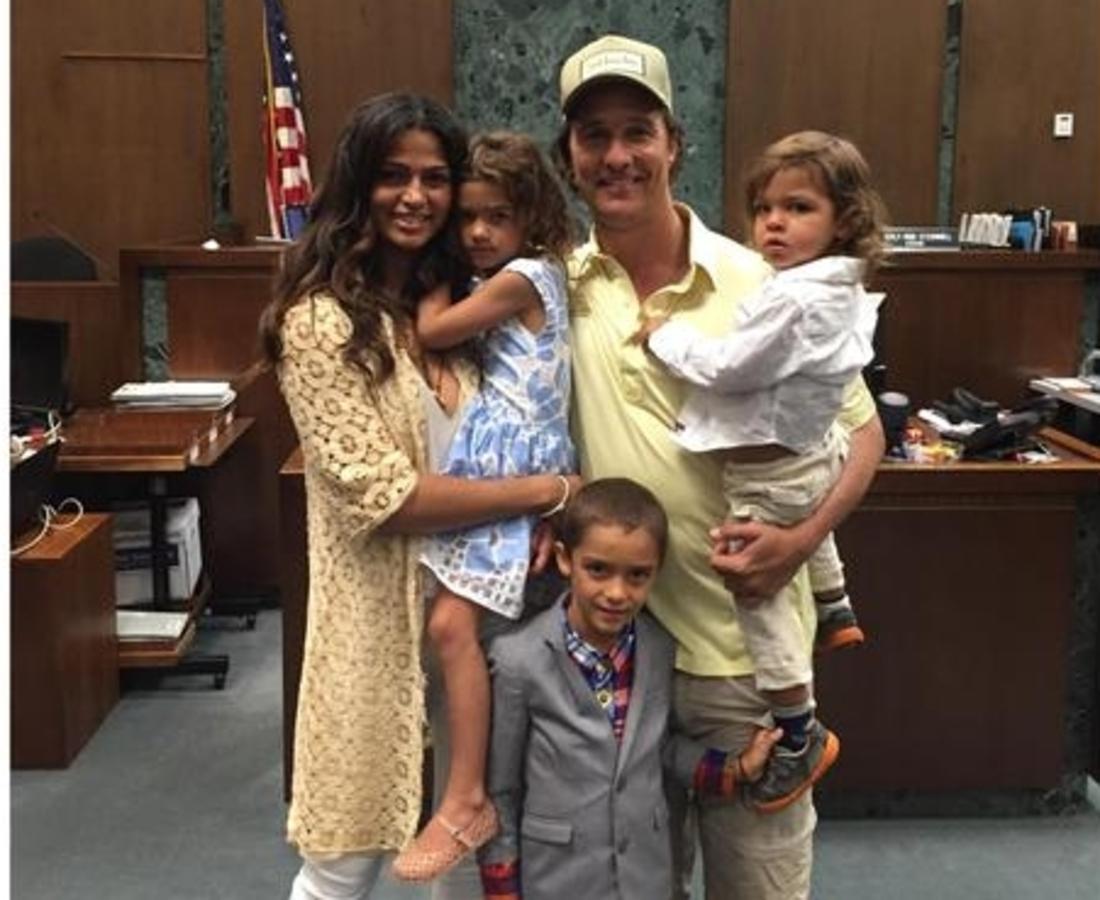 Жена Мэттью МакКонахи наконец-то получила американское гражданство