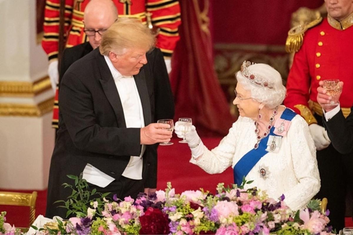Дональд Трамп оконфузился перед королевой Елизаветой II