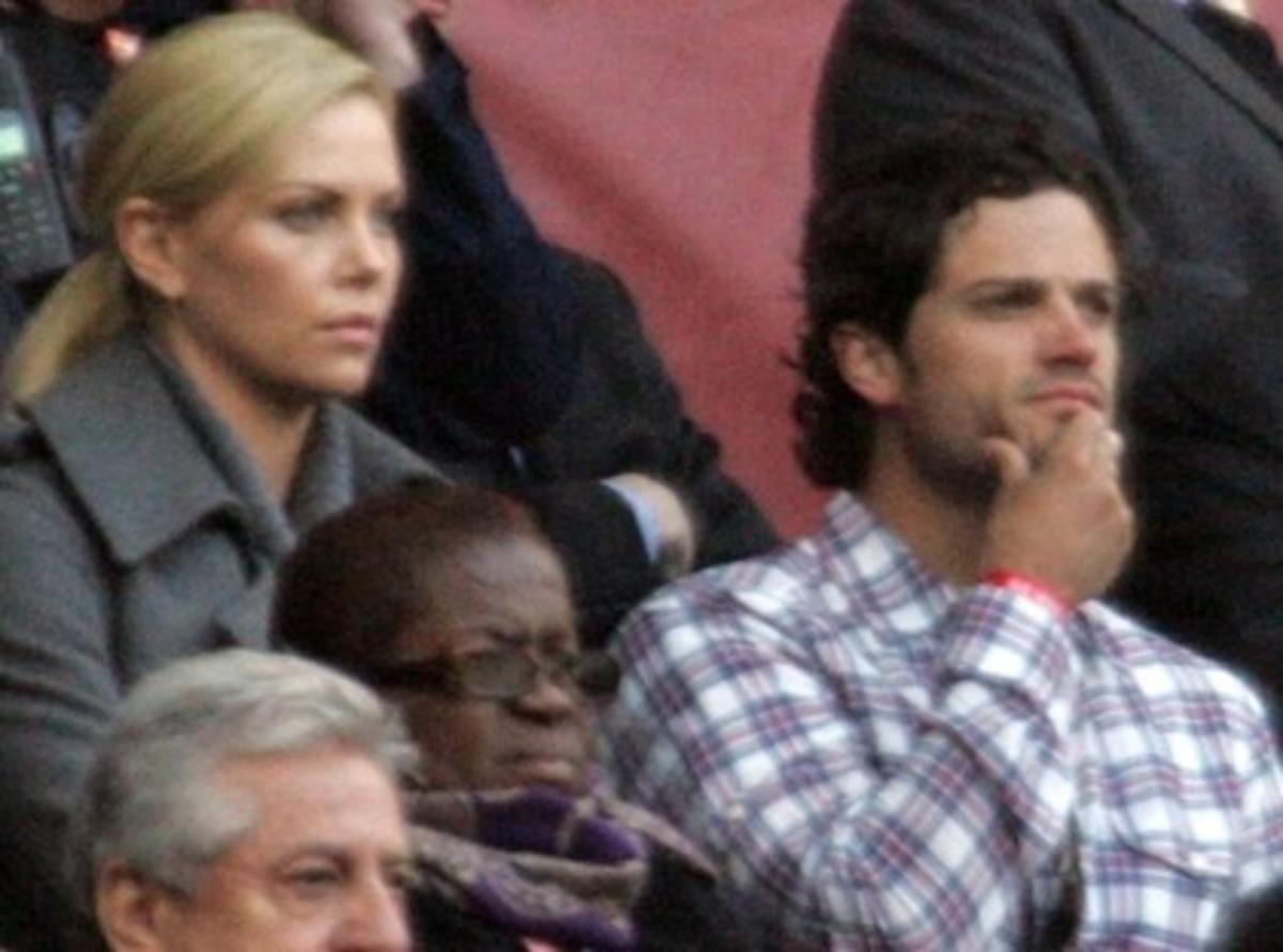 Шарлиз Терон и принц Карл Филипп на матче по футболу