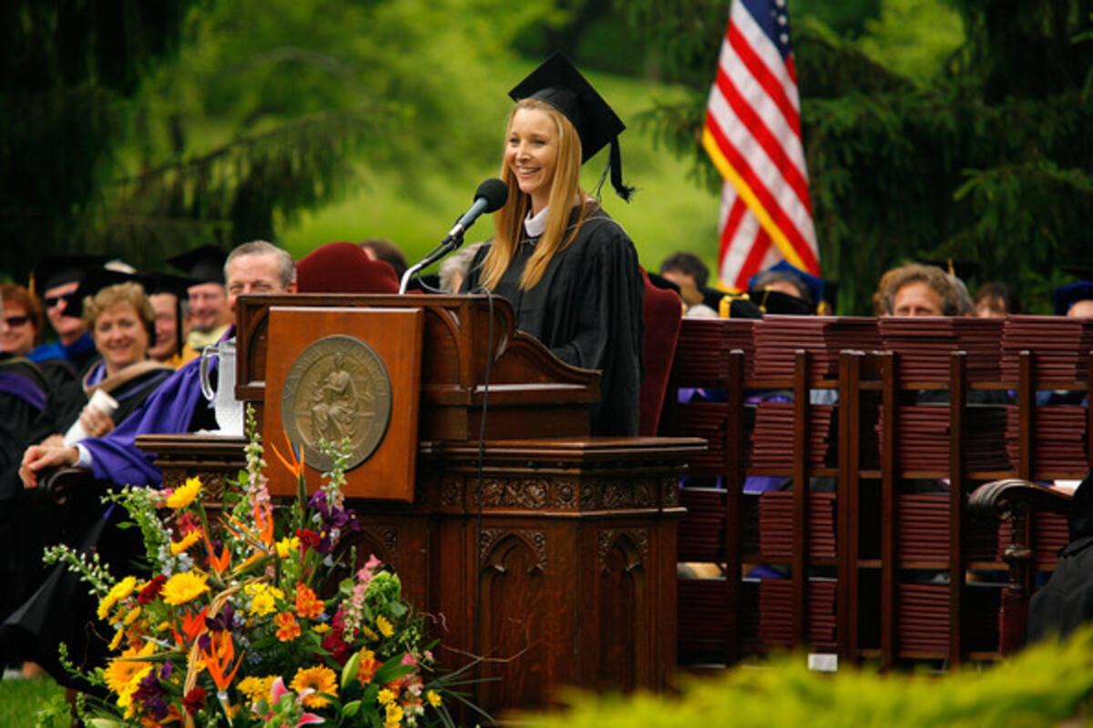 Лиза Кудроу говорит речь выпускникам Vassar College 2010