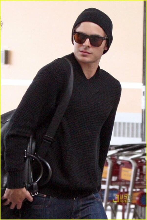 Зак Эфрон в аэропорту Лос-Анджелеса