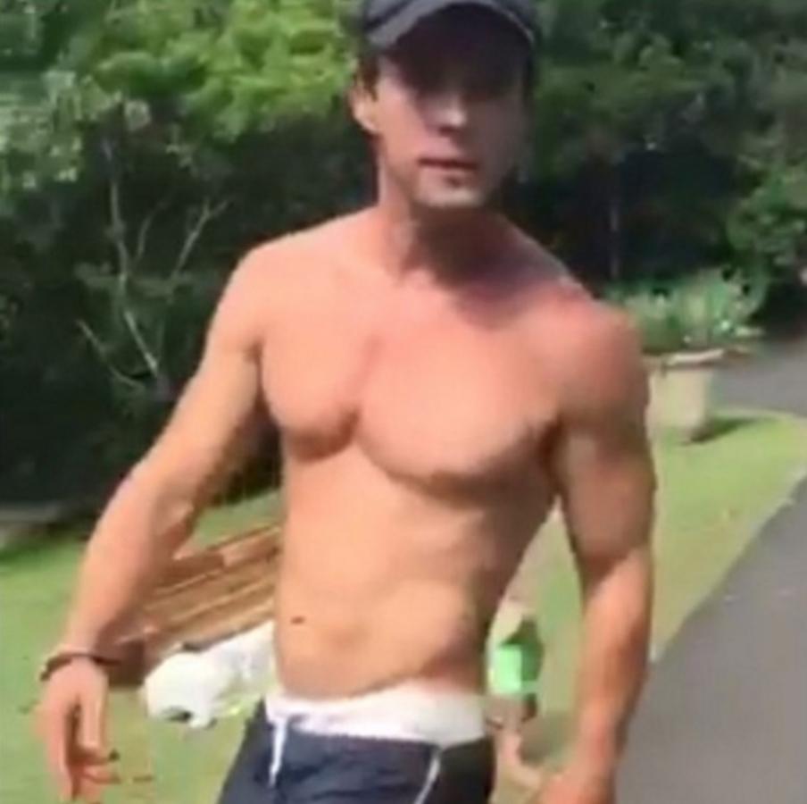 Видео: Крис Хемсворт продемонстрировал свой обнаженный торс