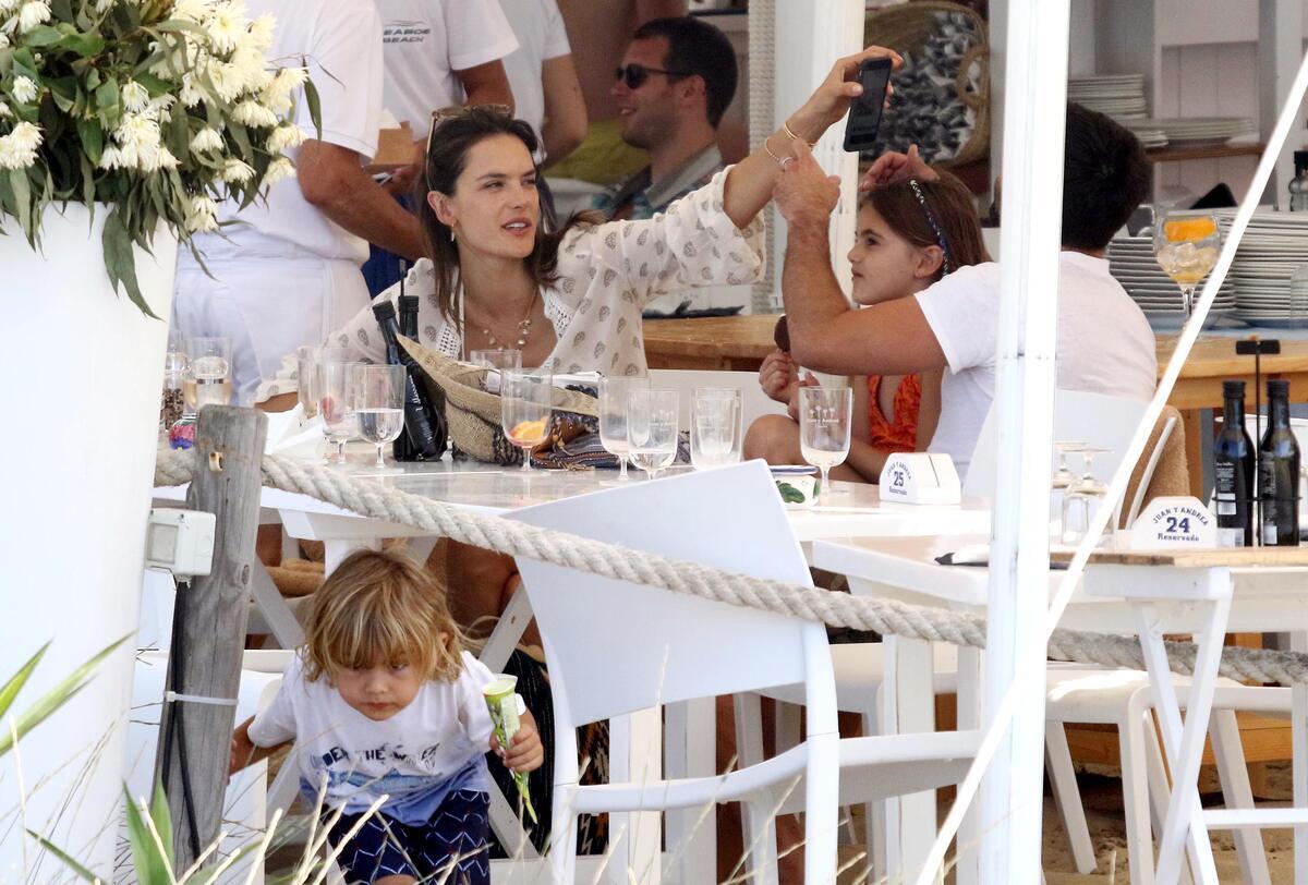 Алессандра Амбросио отдыхает с семьей в Италии