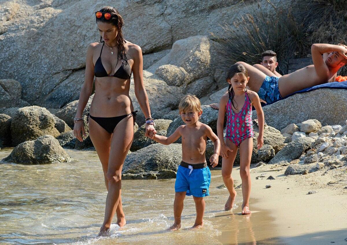 Алессандра Амбросио отдыхает с семьей в Греции
