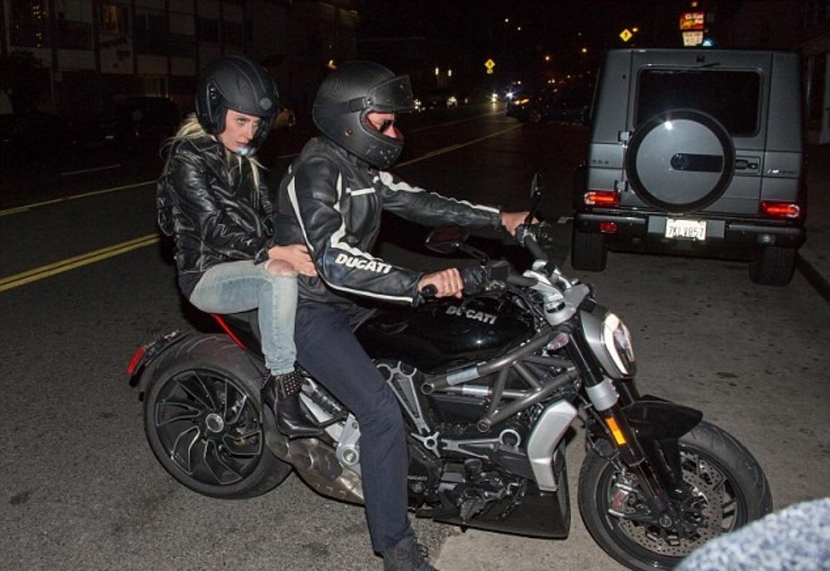 Брэдли Купер прокатил Леди Гагу на своем мотоцикле