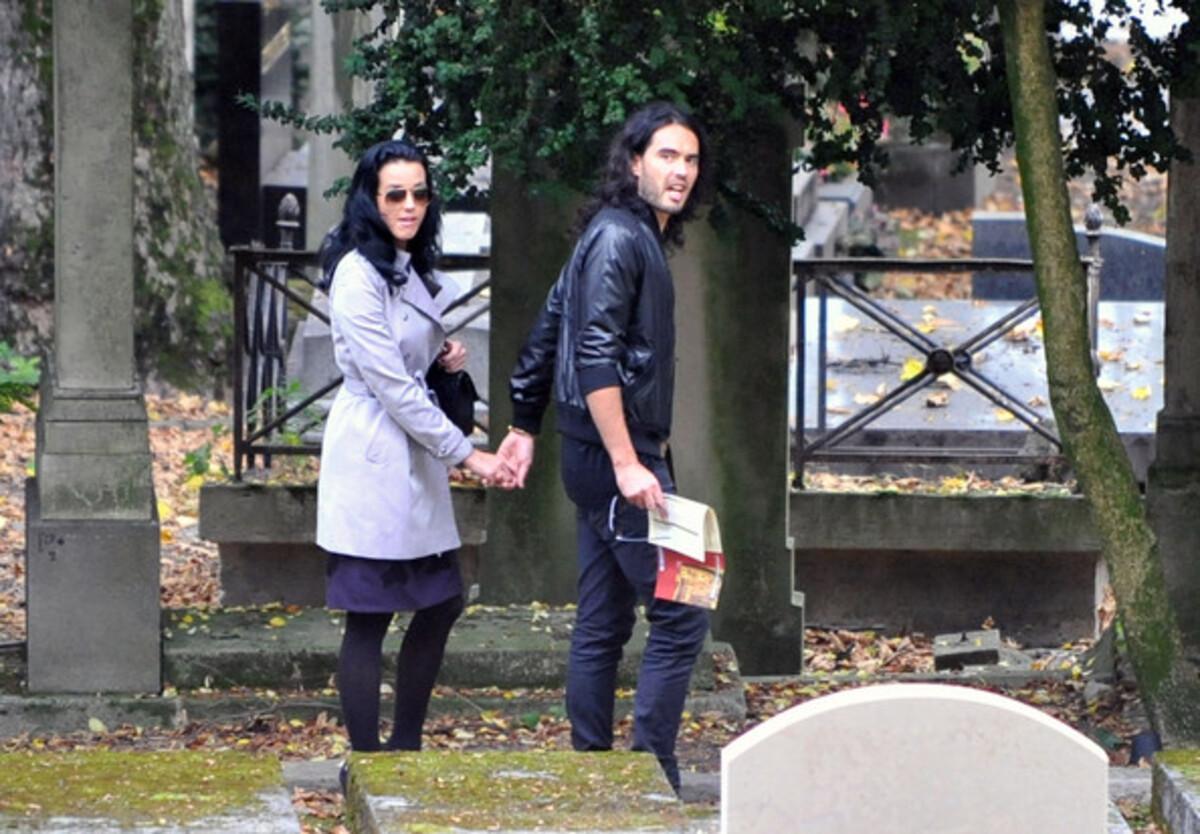 Кэти Перри и Рассел Брэнд на кладбище во Франции