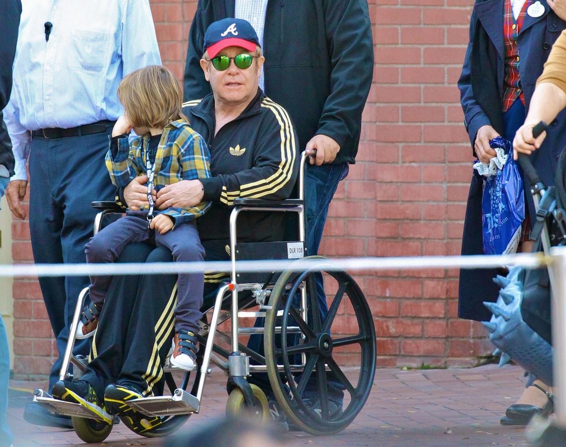Элтон Джон провел день рождения сына в инвалидной коляске