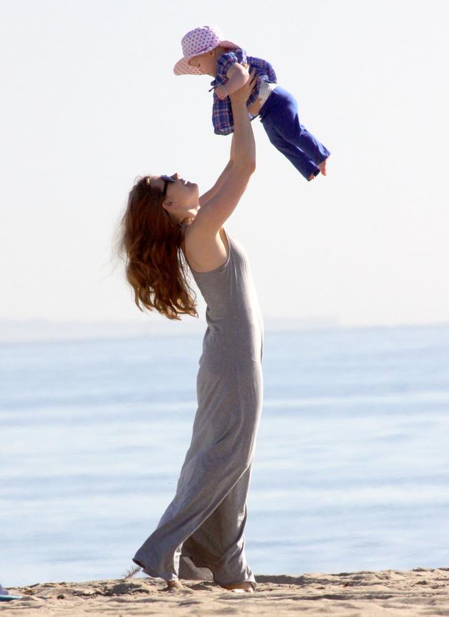 Эми Адамс с семьей на пляже