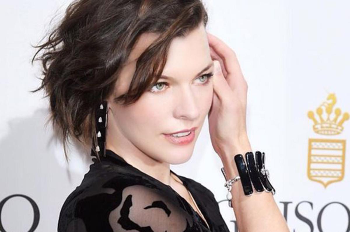 Милла Йовович поделилась первым кадром рекламной кампании Prada