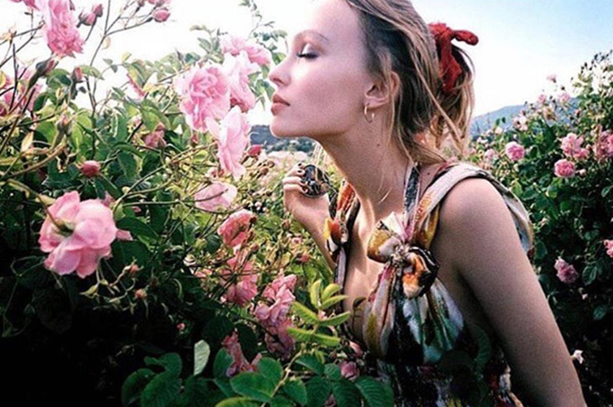 Лили Роуз Депп показала фото со съемок рекламы Chanel № 5